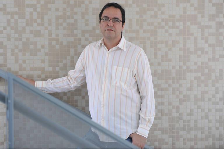 O professor de ciência política da UnB Luis Felipe Miguel, que ministrará disciplina sobre o 'golpe de 2016', posa para foto em escada
