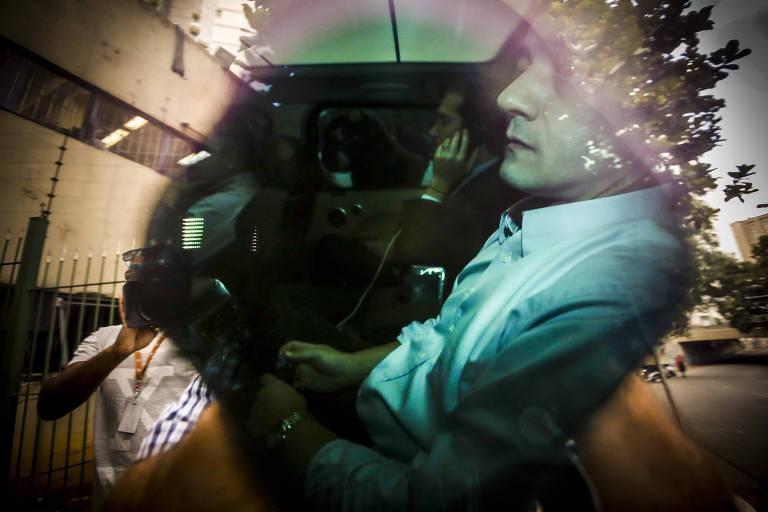 Wesley Batista (camisa branca) dentro do carro chega para depor no Fórum Criminal da Justiça Federal no Jardim Paulista