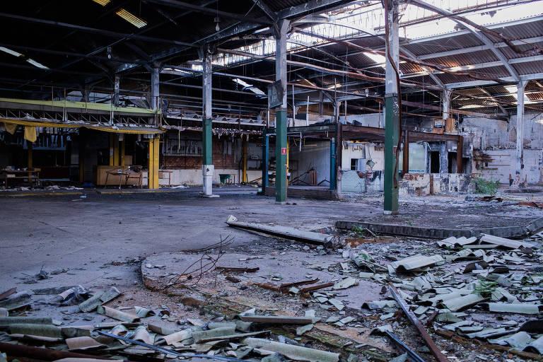 Parte interna do mercado destruída por incêndio de 2017. No chão, pedaços de madeira queimada