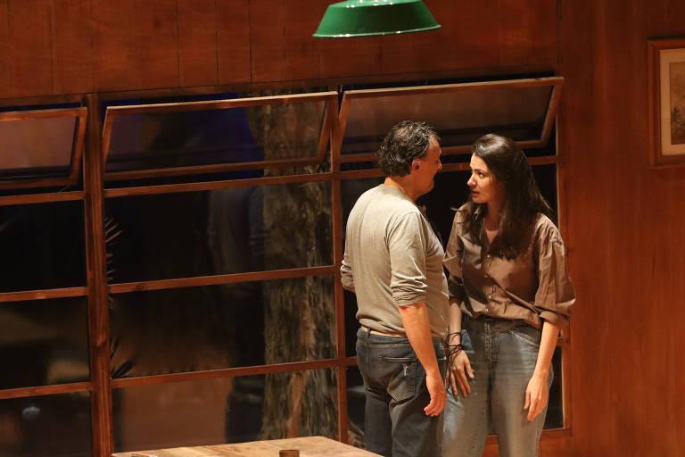 Os atores Nelson Baskerville e Maria Manoella na peça 'O Rio'