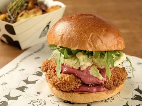 O Crazy Crispy Chicken leva frango, maionese de beterraba e picles de couve-flor no pão de brioche