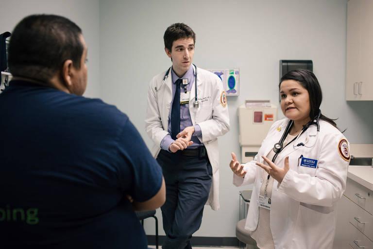 A estudante de medicina Rosa Aramburo (dir.), durante seu plantão em um hospital em Chicago