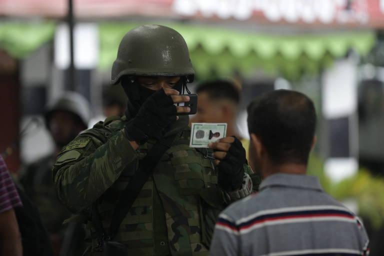 Operação com Exército e policiais militar e civil na Vila Kennedy, na zona oeste do Rio