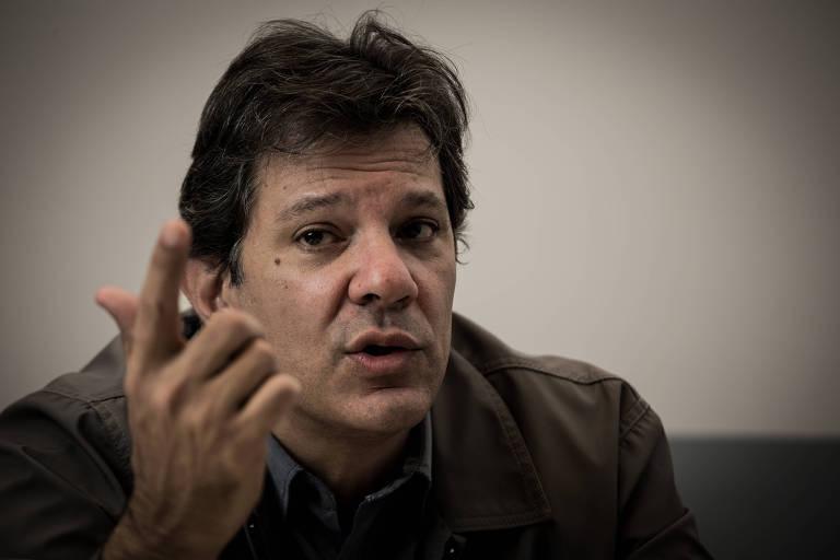 Com a mão levantada, o ex-prefeito de São Paulo Fernando Haddad (PT) fala durante entrevista exclusiva à Folha, no Insper, na zona sul de São Paulo (SP)
