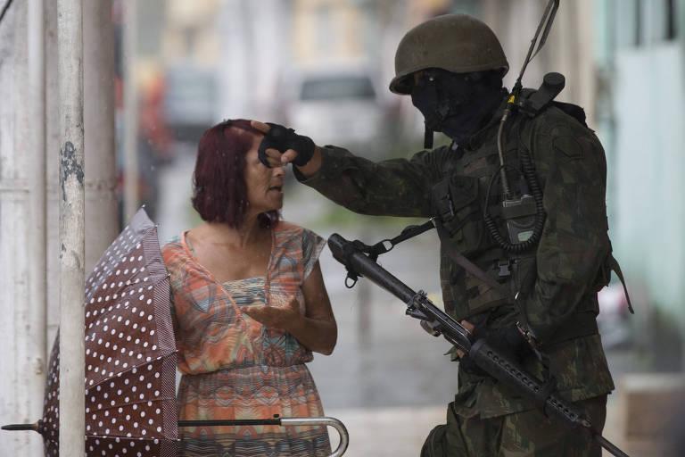 Forças armadas durante operação na Vila Kennedy, na zona oeste do Rio de Janeiro