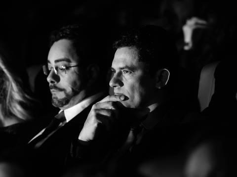 Curitiba, Parana, Brasil, 28-08-2017, 21h30 - Juizes federais Sergio Moro e Marcelo Bretas acompanham em Curitiba sessao de gala do filme 'Policia Federal - A Lei E Para Todos' sobre a operacao Lava Jato. (foto: Theo Marques/Folhapress - FSP-PODER) ORG XMIT: AGEN1708282226053422 DIREITOS RESERVADOS. NÃO PUBLICAR SEM AUTORIZAÇÃO DO DETENTOR DOS DIREITOS AUTORAIS E DE IMAGEM