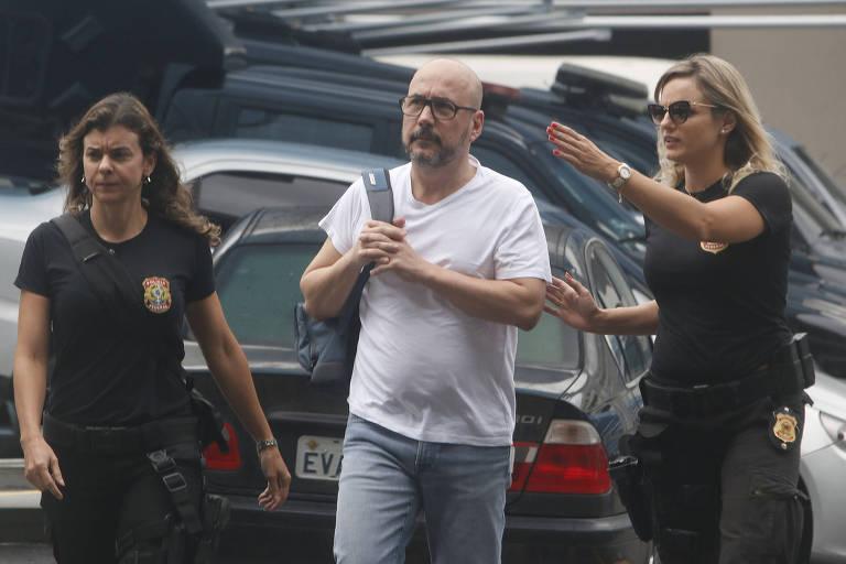 Na foto, Orlando Diniz, ex-presidente da Fecomércio no Rio, chega à sede da Policia Federal acompanhado por duas agentes. Ele foi preso em um desdobramento da Lava Jato no estado.