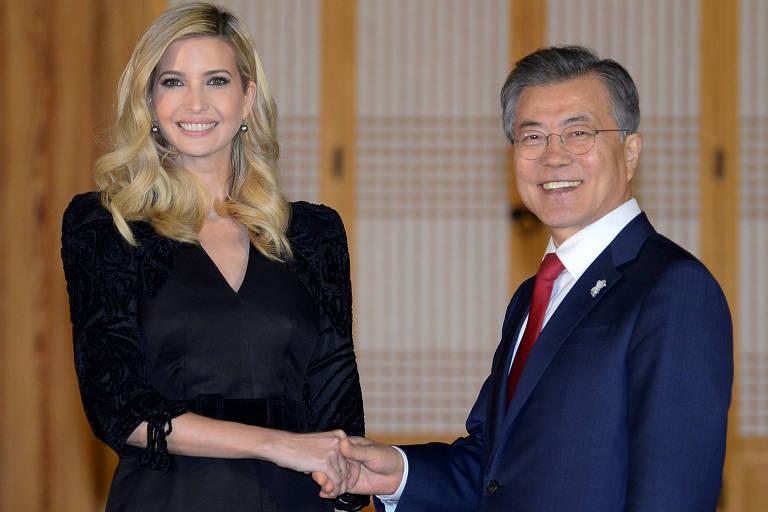 Ivanka Trump cumprimenta o presidente sul-coreano Moon Jae-in em encontro em Seul