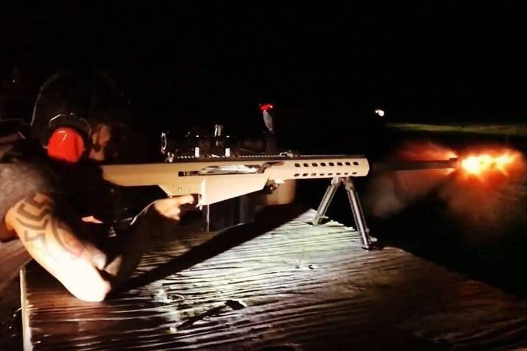 Gusttavo Lima pratica tiros em base de treinamento na Flórida, nos EUA