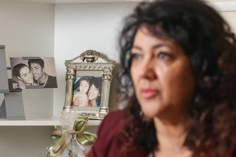 Deputada Federal Christiane Yared diante de fotos de família