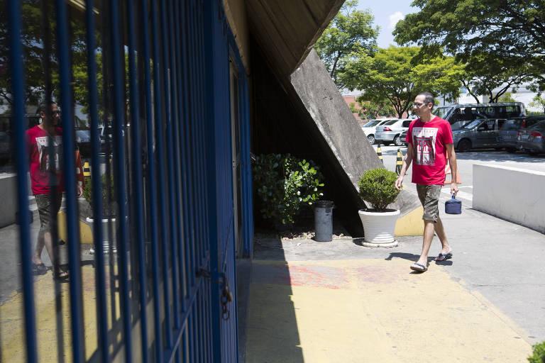 O taxista Adriano Alves, 41, que faz tratamento há dez anos para doenças reumatológicas, entra no AME Maria Zélia, onde retira seus medicamentos