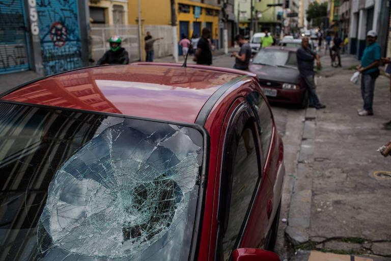 Vidro de carro quebrado por grupo que promoveu quebra-quebra no centro de São Paulo