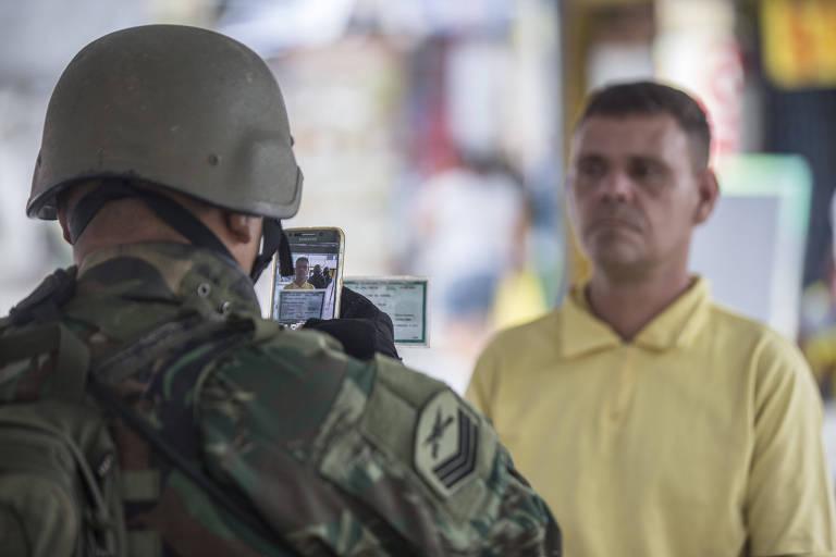 Militar 'ficha' morador durante operação na Vila Kennedy, na zona oeste do Rio de Janeiro