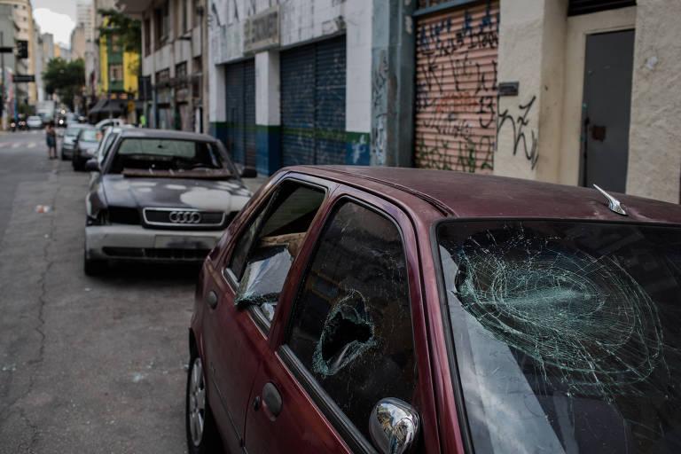 Carros quebrados e lojas fechadas na rua Conselheiro Nébias, no centro de São Paulo, após quebra-quebra promovido por grupo