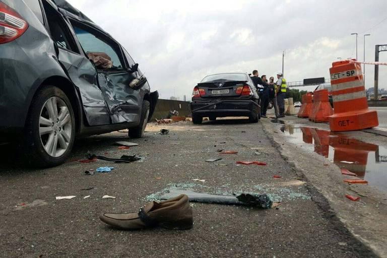Carros na marginal Tietê após acidente com 3 mortes perto da ponte dos Remédios