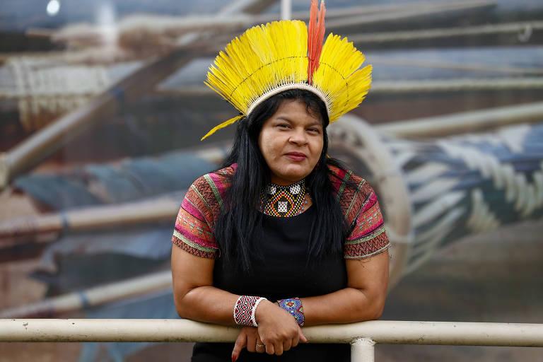 Com cocar amarelo, a líder indígena Sonia Guajajara, cotada a concorrer como vice-presidente na chapa do PSOL