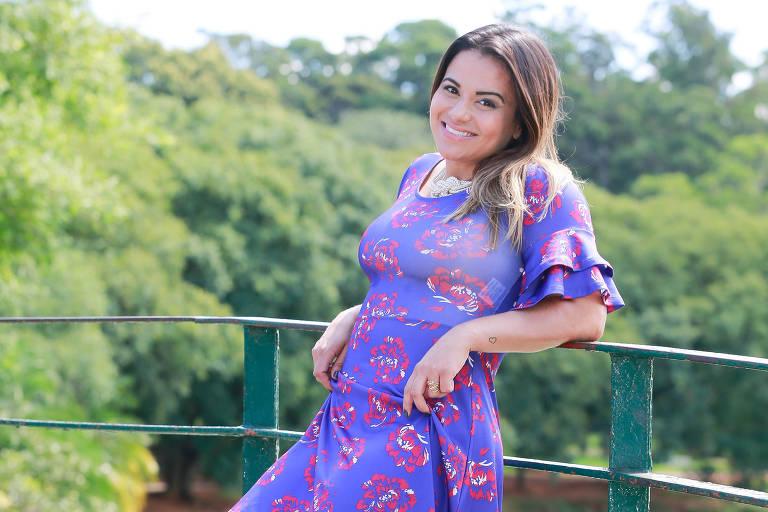 A blogueira Lê Takamura usa vestido ultravioleta com estampa de flores