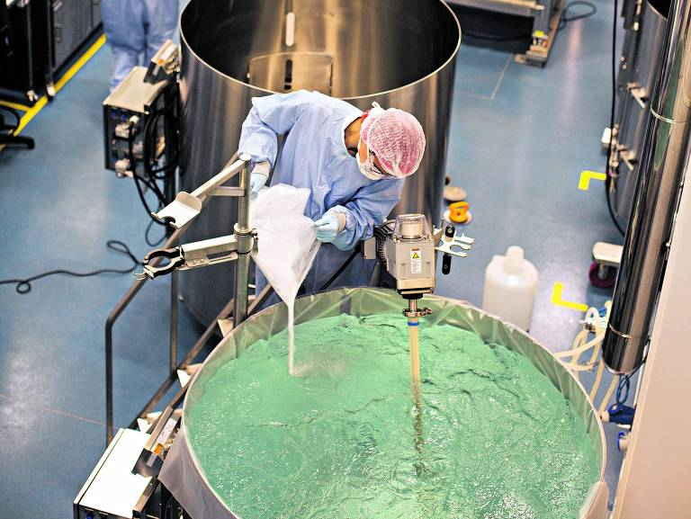 Funcionário da fábrica da Libbs em Embu das Artes (SP) opera equipamento usado na produção de biossimilares
