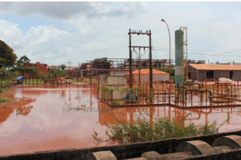 Imagem mostra área da Hydro Alunorte e água avermelhadas em volta