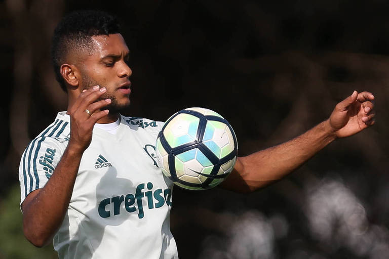 O atacante Borja, do Palmeiras, domina a bola com o peito durante treinamento na Academia de Futebol