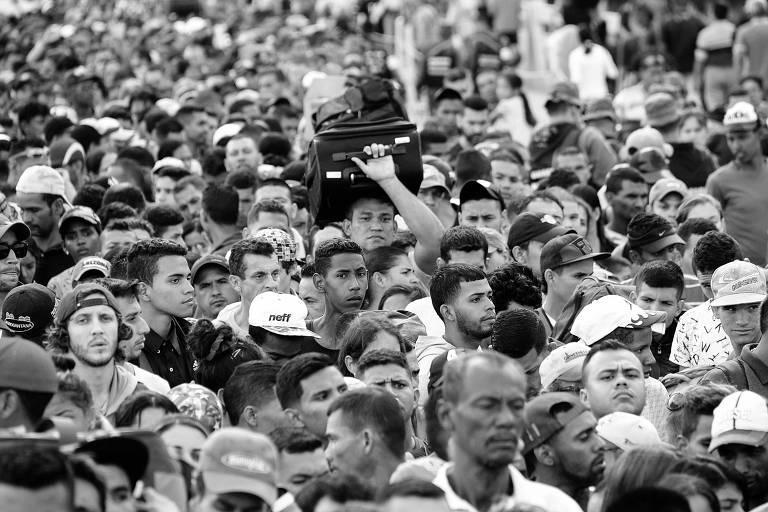 Venezuelanos cruzam ponte para deixar o país e entrar em província Colombiana