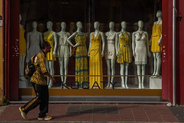 Consumidores gastam menos nas compras feitas pessoalmente nas lojas, segundo a Associação Brasileira da Indústria Têxtil e de Confecção (Abit)