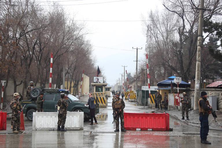 Guardas protegem local de ataque suicida na capital Cabul