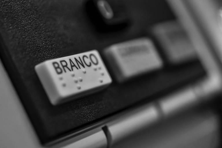 """Detalhe de urna eletrônica em que se vê em primeiro plano as teclas de """"branco"""" e """"nulo"""""""