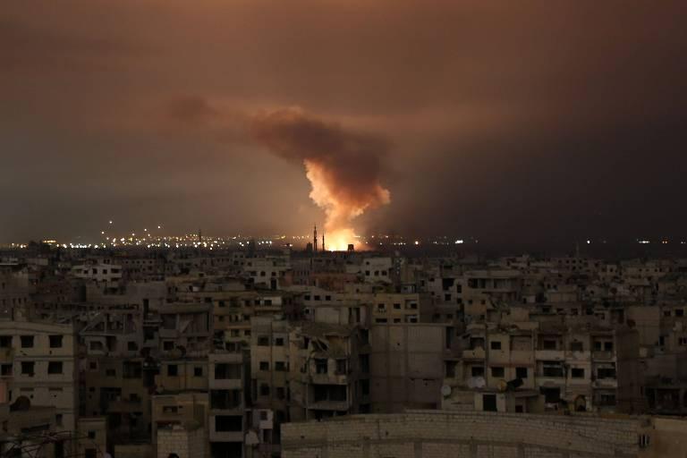 Fumaça após um ataque aéreo na região sitiada de Ghouta Oriental, nos arredores da capital Damasco, no final de 23 de fevereiro de 2018.