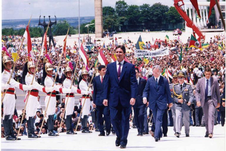 Fernando Collor sobe a rampa do Palácio do Planalto em sua cerimônia de posse como presidente da República; Collor é seguido pelo vice-presidente Itamar Franco