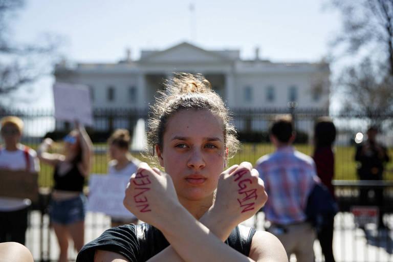 Adolescente exibe a mensagem 'nunca mais' em manifestação antiarmas em Washington