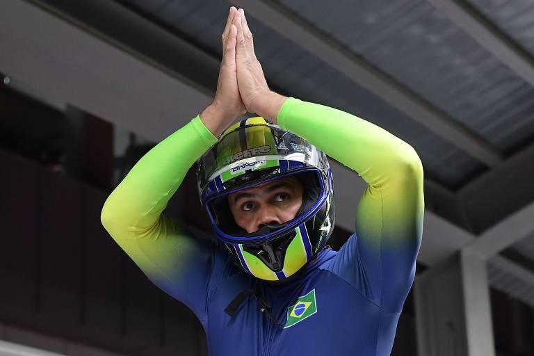Homem com capacete junta as mãos acima da cabeça