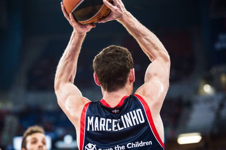 homem de costas segura bola de basquete sobre a cabeça