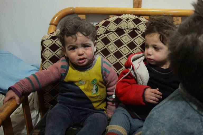 Crianças sírias choram em um hospital em Douma após ataques aéreos