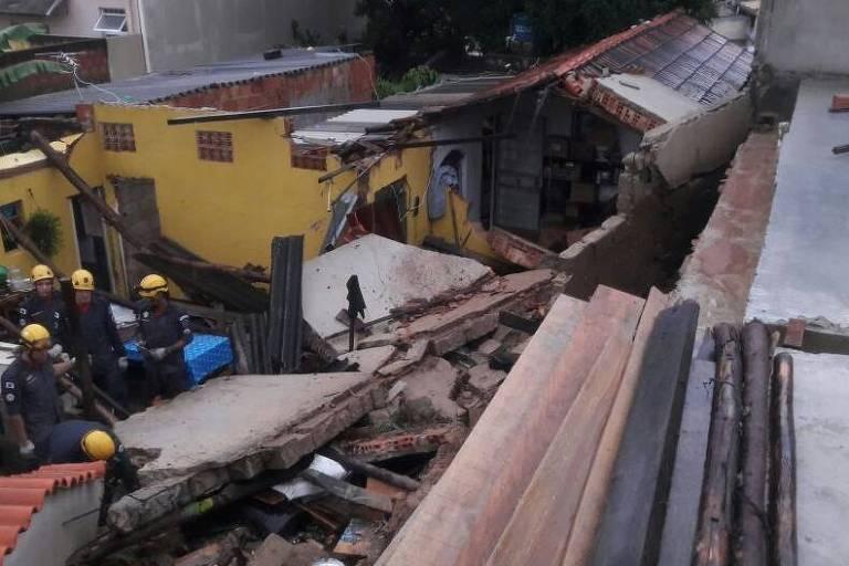 Muro desaba sobre casa no bairro Coqueiros, em Belo Horizonte