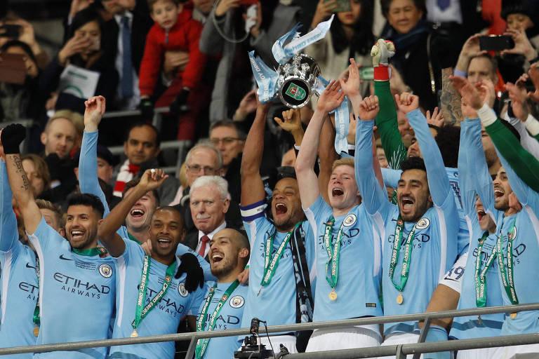 Jogadores do Manchester City comemoram o título da Copa da Liga Inglesa, conquistado diante do Arsenal, em Wembley