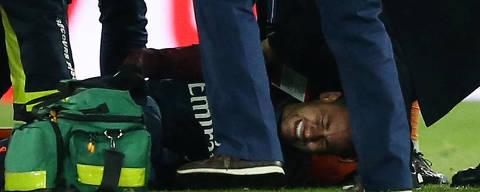 Soccer Football - Ligue 1 - Paris St Germain vs Olympique de Marseille - Parc des Princes, Paris, France - February 25, 2018   Paris Saint-Germain?s Neymar receives treatment from medical staff after sustaining an injury    REUTERS/Stephane Mahe ORG XMIT: AI