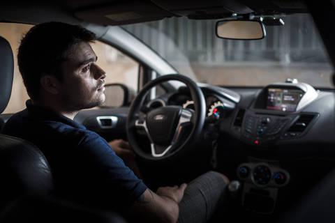 SÃO PAULO, SP, BRASIL, 22-02-2018: Pedro Luiz Medelo Campos, 24, analista financeiro. Na empolgação de comprar um carro novo e completo, o consumidor exagera na escolha de itens opcionais e acessórios, pagando caro por itens que não vai usar. Pedro comprou um Ford Fiesta em 2014 e mandou colocar uma central multimídia com GPS, DVD e TV digital. Se arrependeu, pois sequer o GPS ele utiliza. (Foto: Avener Prado/Folhapress) Código do Fotógrafo: 20516 ***EXCLUSIVO FOLHA***