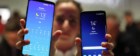 A hostess shows up Samsung's new S9 (R) and S9 Plus devices after a presentation ceremony at the Mobile World Congress in Barcelona, Spain February 25, 2018. REUTERS/Sergio Perez ORG XMIT: SPS14