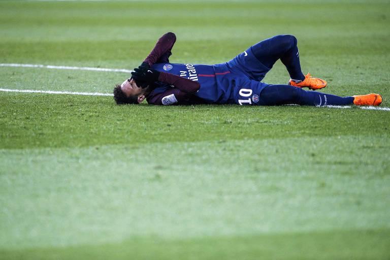 O atacante Neymar leva aos mãos ao rosto e chora no gramado depois de fraturar o quinto metatarso do pé direito