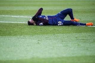 Neymarpisa em falso, sente o tornozelo e deixa jogo de maca