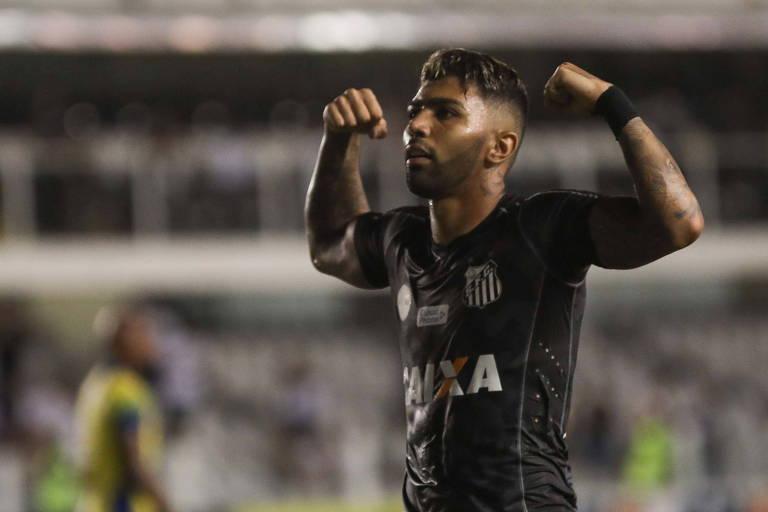 O atacante Gabriel, do Santos, comemora o gol marcado na vitória por 2 a 0 sobre o Santo André, na Vila Belmiro