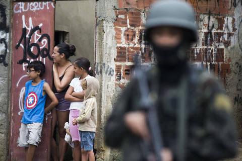 RIO DE JANEIRO - RJ - 23.02.2018 - Forcas armadas durante operacao na Vila Kennedy, na zona oeste do Rio de Janeiro. (Foto: Danilo Verpa/Folhapress, COTIDIANO)