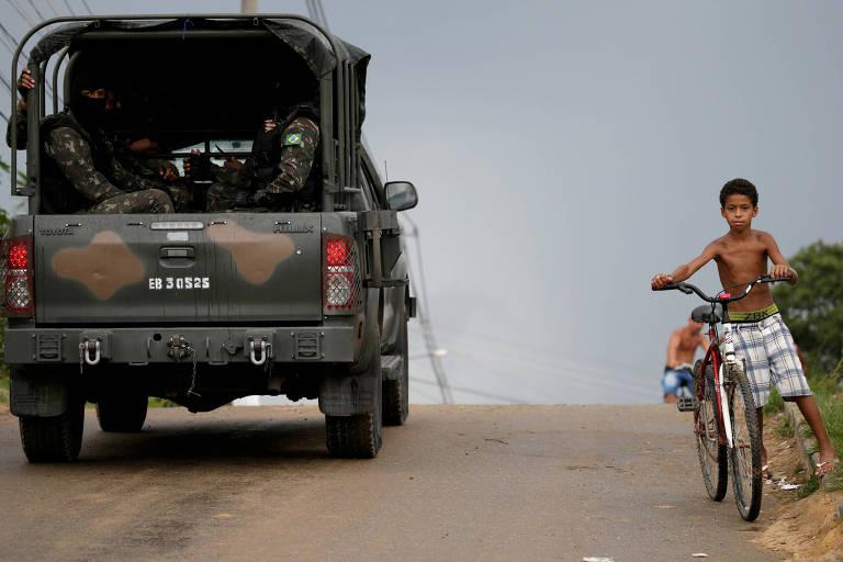 Veículo das Forças Armadas parte da penitenciária Milton Dias Moreira, em Japeri (RJ)