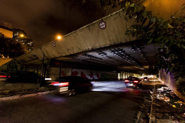Interligação leste-oeste, na altura da rua Amaral Gurgel, sofre com falta de iluminação pública