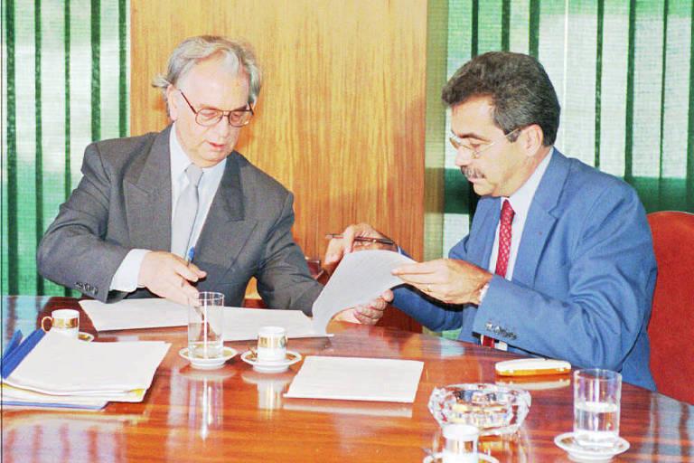 Itamar Franco e Nilo Batista assinam convênio entre o governo federal e o Rio que criou comando único chefiado por oficial do Exército