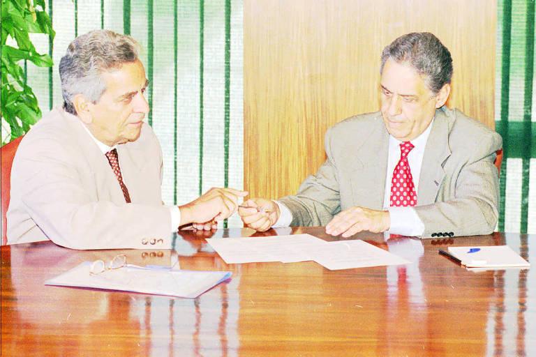 O governador do Rio de Janeiro, Marcello Alencar, e o presidente Fernando Henrique Cardoso, durante assinatura da renovação da Operação Rio