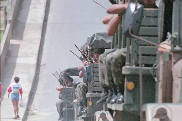 Caminhões do Exército percorrem o Jacintinho, bairro mais populoso de Maceió, durante operação de patrulhamento em 1997