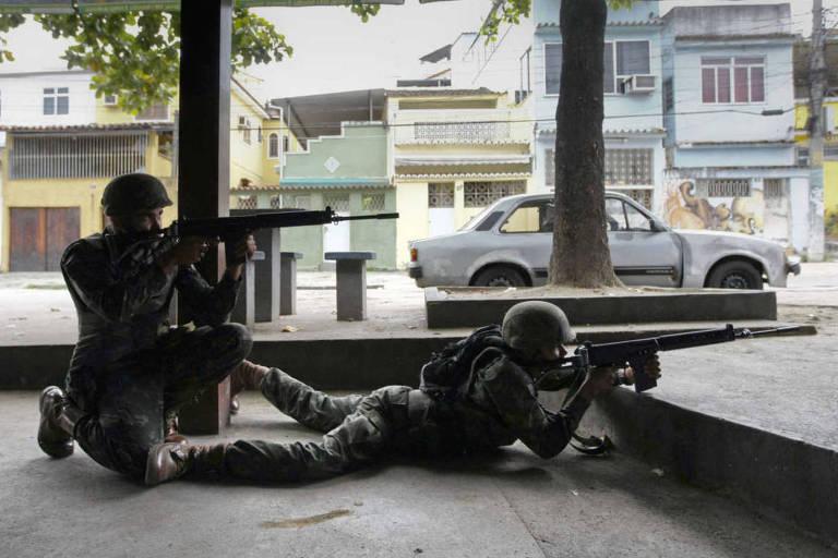 Homens da Brigada Paraquedista trocam tiros com traficantes em via de acesso ao Complexo do Alemão, no Rio de Janeiro