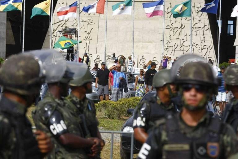 Militares cercam prédio da Assembleia Legislativa baiana durante manifestação de PMs grevistas